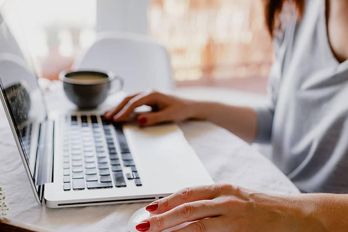 ilustración mujer trabajando desde casa